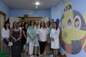 Mari Ángeles Luna, junto a responsables sanitarios, la artífice del proyecto y voluntarios