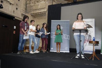 Alumnos leen los poemas de 'Tintas para la vida'
