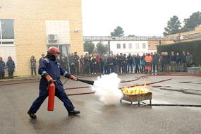 Imagen de la extinción de un fuego real en el marco del curso formativo