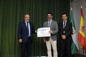 El gerente del SAS entrega al premio al dermatólogo Juan Ruano