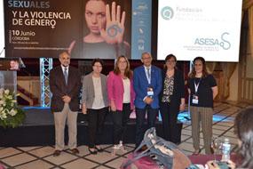 María Ángeles Luna, en el centro, junto a urólogos y responsables del hospital, entre otros