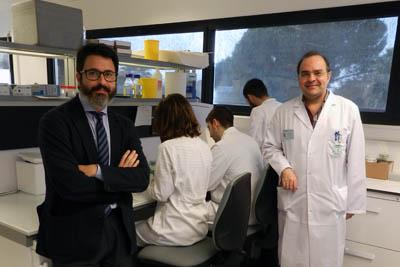 Los dermatólogos Juan Ruano y Antonio Vélez junto al equipo de investigadores