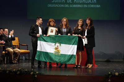 María Ángeles Luna, en el centro, junto a los responsables de 'Colores para alegrarte'