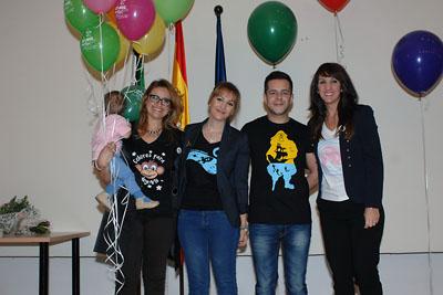 La pintora Carmen López (1ª izda.) con su equipo de diseñdores