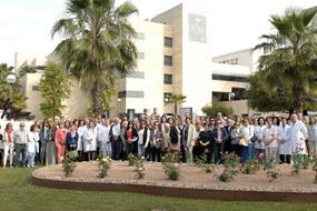 Asociaciones de pacientes y profesionales del hospital en la inauguración de la rosaleda y el conjunto escultórico