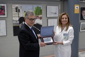 Marina Álvarez recibe un reconocimiento por el 40 aniversario de manos del presidente del Colegio de Médicos
