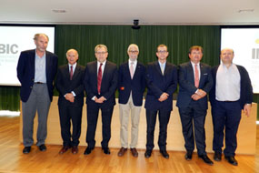 El doctor Pérez Jiménez, en el centro, acompañado por el resto de ponentes del encuentro