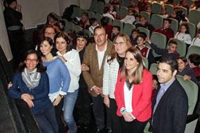 Responsables, sanitarios, docentes y alumnos durante la dramatización de 'El Sueño de Greta'