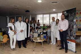 El delegado de la Junta, junto a los profesionales del hospital durante el desarrollo del taller.