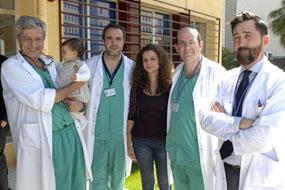 Cirujanos y hepatólogo con la donante y la bebé trasplantada
