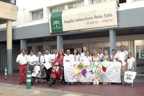 La delegada de Salud, Mª Angeles Luna junto profesionales del hospital y miembros de la AECC recibe a Vespa Tour en el Hospital Infantil