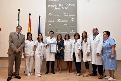 Profesionales de la UGC de Reumatología recogen el certificado de calidad de la ACSA