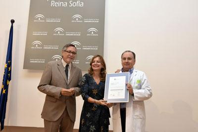 Marina Alvarez entrega el certificado de calidad a la UGC de Urgencias