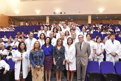 En la imagen, la consejera de Salud Marina Álvarez, la delegada del Gobierno, Rafi Crespín, la delegada de Salud, María Ángeles Luna, la gerente del hospital, Valle GArcía y profesionales de las 11 unidades que hoy han recibido la certificación de calidad de la Agencia de Calidad Sanitaria de Andalucía