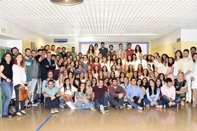 Foto de familia de los nuevos especialistas internos residentes que se incorporan este año, tutores y, en el centro, la viceconsejera de Salud, María Isabel BAena, la directora gerente del Hospital, Marina Álvarez, y el doctor Carlos Pera.