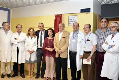Foto de familia con algunos de los profesionales que fueron residentes con el doctor Pera, compañeros del Hospital, la viceconsejera de Salud y la directora gerente del Hospital.