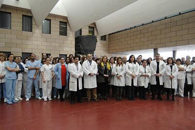 Mª Angeles Luna, delegada de Salud junto a profesionales y equipo de dirección del hospital