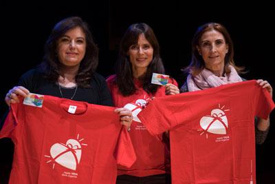 Aitana Sanchez Gijón, viste la camiseta de la donación junto a la directora de enfermería y a la coordinadora de trasplantes del hospital