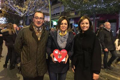 La alcaldesa, la directora gerente y el coordinador de trasplantes muestran el pulsador del encendido navideño