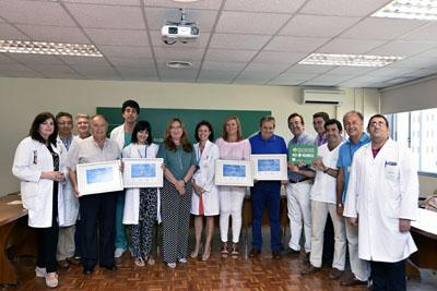 La delegada de Salud, la gerente del Hospital y profesionales del Hospital Reina Sofía entregan distintivos a las Asocaciones de Trasplantes