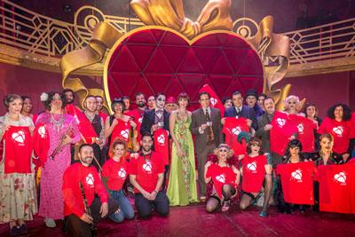 Los doctores Álvarez y Dueñas junto ala actriz Cristina Castaño y el elenco de artistas de Cabaret