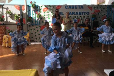 Actuación de un grupo de niñas bailando en la caseta El Jarabito