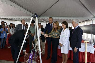 La delegada coloca la urna de primera priedra de la central térmica