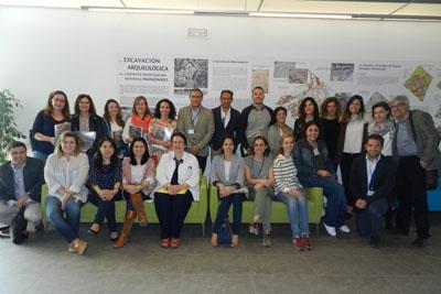La directora de la UGC de Alergología del Hospital Reina Sofía, Carmen Moreno, (en el centro) con asistentes al curso curso de manejo de insectos himenópteros (avispas y abejas).