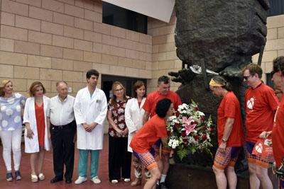 La Federación Internacional de Deportistas Trasplantados hace una ofrenda floral en el Monumento al donante
