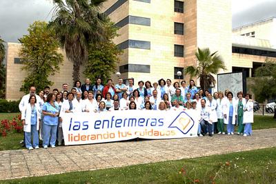 Profesionales de Enfermería del Hospital Reina Sofía posan para conmemorar el Día Internacional de la Enfermería