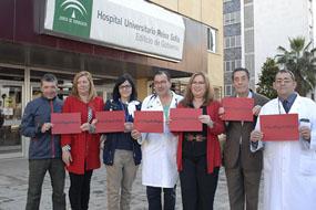 La delegada del Salud junto a profesionales del hospital y asociaciones de pacientes trasplantados se suman al hashtag #TeLoDigoEnRojo.