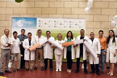 Profesionales del Hospital celebran el Día Sin Tabaco rompiendo un cigarrillo