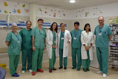 En la imagen, cirujanos pediátricos y anestesistas infantiles del Hospital Universitario Reina Sofía de Córdoba