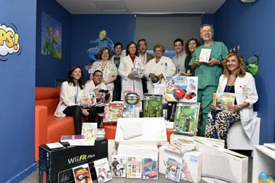 Equipo directivo, profesionales de Pediatría y Juegaterapia hacen entrega del material de juegos donado por la Fundación Juegaterapia