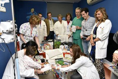 Menores ingresados en el hospital disfrutan de los regalos donados por Juegaterapia