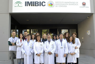 En el centro, el director de la Unidad de Gestión Clínica de Reumatología del Hospital REina Sofía, Eduardo Collantes, junto con los profesionales que integran el grupo de investigación GC-05 del IMIBIC
