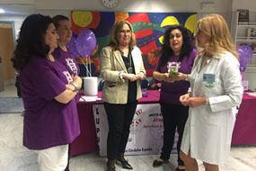 En la imagen, la delegada de Igualdad, Salud y Políticas Sociales, María Ángeles Luna, la gerente del Hospital REina Sofía, Marina Álvarez, visitan la mesa de la Asociación Cordobesa de Lupus instalada en la puerta de Consultas Externas.