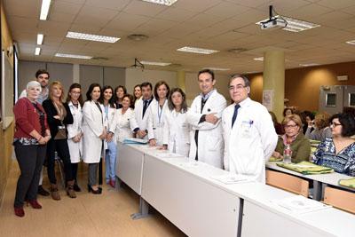 En la imagen, la directora gerente del hospital, Valle García, y profesionales que participan en la primera escuela taller de cáncer de mama.