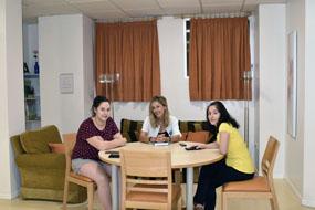 La trabajadora social del hospital charla con dos madres que están en estos momentos alojadas en el hotel de madres del Hospital Universitario Reina Sofía