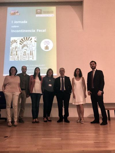 La directora de la UGC de Cirugía Pediátrica, Rosa María Paredes, acompañada por algunos de los ponentes del curso