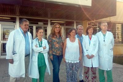 Equipo de profesionales de pediatría y cirugia cardiovascular del HURS, delegada de Salud, gerente del Hospital y madre del paciente intervenido