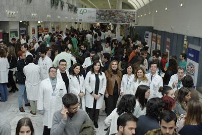 La delegada de Salud junto a la Jefa de estudios y el equipo de dirección en los estand de las distintas especialidades