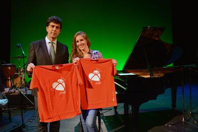 En la imagen, el coordinador de trasplantes del Hospital Reina Sofía, José María Dueñas, y la cantaora y pianista flamenca, María Toledo, en el Teatro Góngora minutos antes de su actuación.