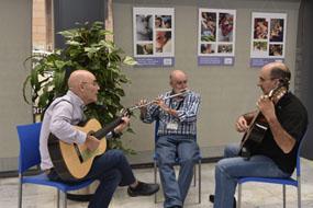 Médicos y músicos actuando en el hospital
