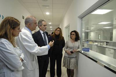 El Dr. del Prado explica el funcionamiento de las salas blancas