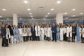 Aquilino Alonso y autoridades sanitarias con profesionales de farmacia en las nuevas instalaciones