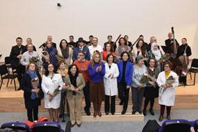 Autoridades, voluntarios y orquesta de Córdoba en el concierto especial