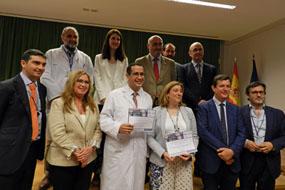 En la imagen, el neurocirujano del Hospital Cristobal Blanco, en el centro, posa con el galardón recibido en la IV edición del Premio Innovación, acompañado por autoridades de la Junta de Andalucía, responsables del IMIBIC, de Roche y del Hospital Reina Sofía.