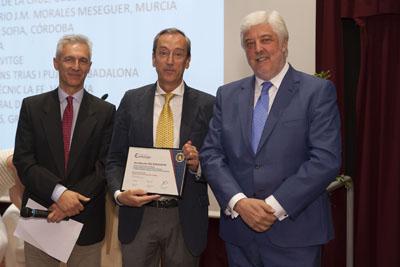 El cardiólogo, Manuel Anguita, en el centro, tras recoger la acreditación