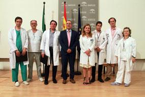 En la imagen, el Presidente de la Sociedad Andaluza de Neurología, Félix Viñuela, la gerente del Hospital Reina Sofía, Marina Álvarez, y profesionales y responsables del Hospital que participan directamente en el abordaje del Ictus Agudo.
